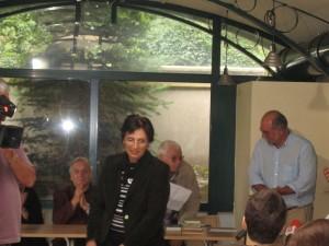 """Председателят на УС на Фондация """"Братя Мормареви"""" Кънчо Стойчев връчва награда на преподавателката по литература от Американския колеж Румяна Рангелова, предложена от нейния ученик Иван Бадински."""