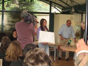 """Мария Николова от Казанлък пък бе отличена с втора награда за есето си """"Бодлите на таралежите. Ползваме случая да напомним, че темата за есе е свободна, а не свързана непременно с името на конкурса или фондацията. Но не е забранено и да се свърже; понякога това е успешно, както при Мария."""